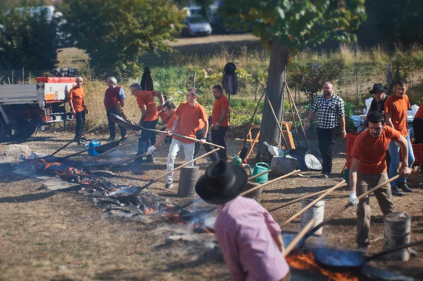 I Brusatairi della Sagra del Marrone all'opera mentre preparano le castagne sul fuoco. Non vengono usati mezzi meccanici, ma solo il duro lavoro delle braccia.