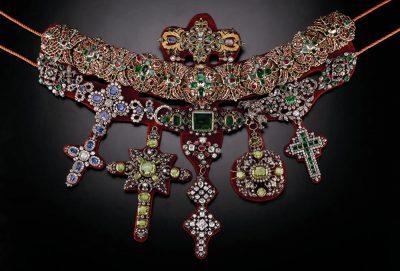 La collana di San Gennaro. In alto è possibile ammirare i due orecchini d'oro, regalo di una popolana, e l'anello omaggio di Maria Josè