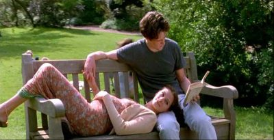 Hugh Grant e Julia Roberts seduti su una panchina all'interno del film Notting Hill