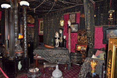 La sala della musica. Al suo interno sono presenti tappeti, drappi e tende per proteggere gli occhi delicati di D'Annunzio dalla luce del sole