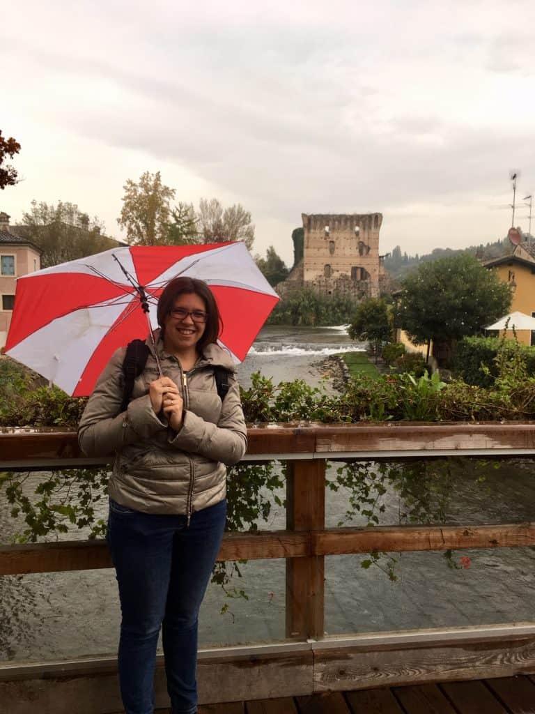 Sul ponte di Borghetto di Valeggio sul MIncio. Sullo sfondo il Ponte Visconteo