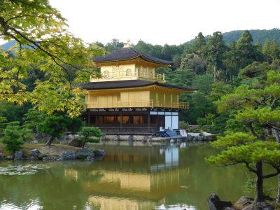 Il tempio d'oro che si specchia nelle acque del lago