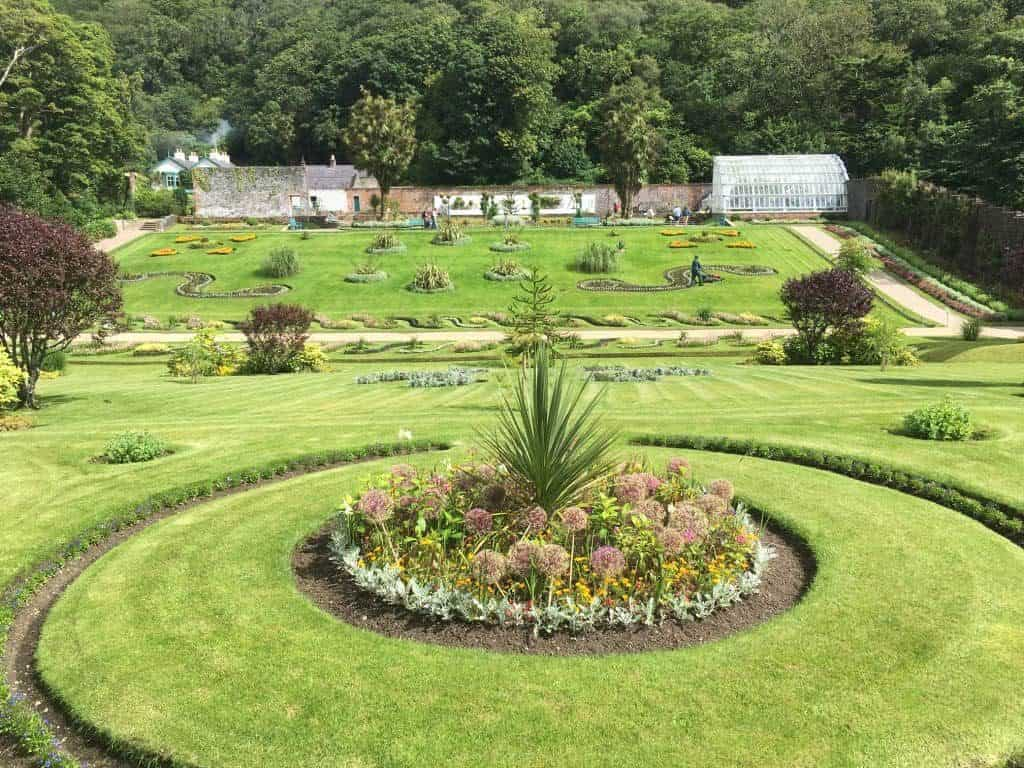 Victorian Walled garden con fiori
