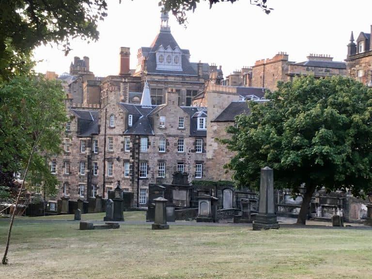 Il cimitero di Greyfriars Kirkyard. Circondato tutto intorno da case