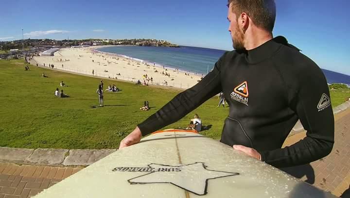 Guido mentre si sta preparando per fare surf a Bondi Beach
